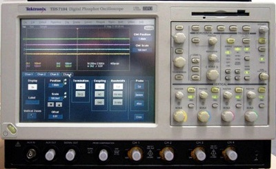 TEKTRONIX TDS7104 4 Ch 1 GHz Digital Phosphor Oscilloscope